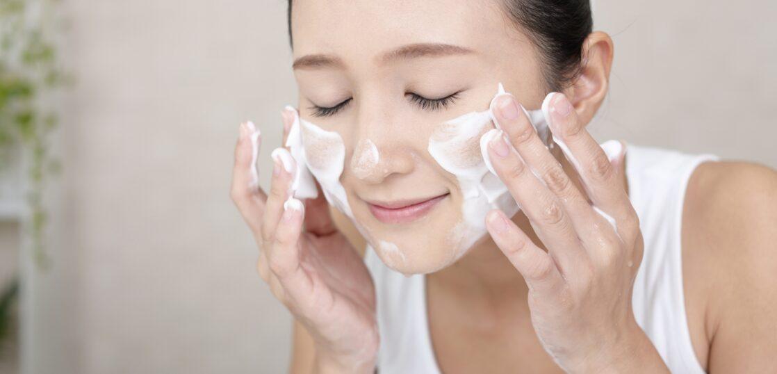 洗顔をする女性