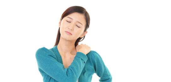秋に肩こりの症状が出た女性